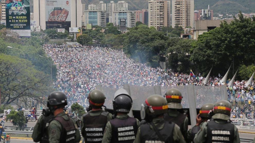 Guardas bolivarianos atiram bombas de gás lacrimogêneo e balas de borracha diretamente contra os manifestantes venezuelanos