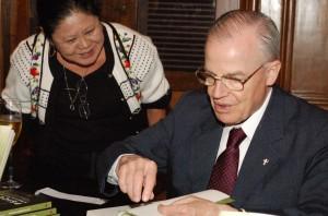 O Príncipe Dom Bertrand concedendo autógrafos a leitores de seu livro Psicose Ambientalista