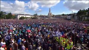 Centenas de milhares de fiéis reunidos em Fátima, no dia 13 de maio último, para a canonização de Jacinta e Francisco
