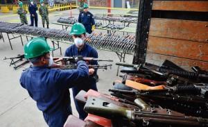 Parte das poucas armas entregues pelas FARC como uma das condições do acordo de paz