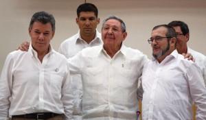 """O processo dos acordos de paz na Colômbia sempre teve o total apoio do ditador cubano Raúl Castro (na foto, ao meio, tendo à esquerda o presidente Santos e à direita o líder guerrilheiro """"Timochenko"""")."""
