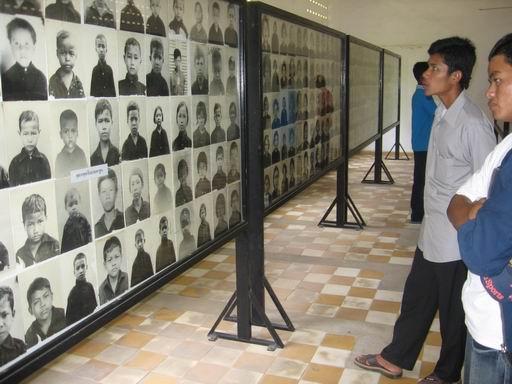Museu do Genocídio Tuol Sleng contêm milhares de fotos tiradas pelo Khmer Vermelho de suas vítimas.