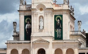 Torre da Basílica de Fátima no dia da canonização (13-5-17) de São Francisco e Santa Jacinta Marto