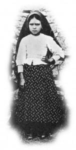 Os pequenos videntes de Fátima nos fundos da casa Marto, em Aljustrel, no dia 13-9-1917