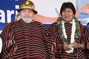 Lula da Silva, e seu homólogo boliviano Evo Morales. Ambos com trajes de índios macumbeiros.