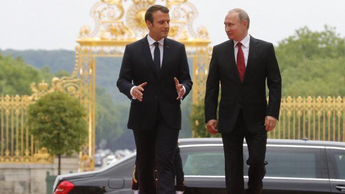 Macron e seu trono de duas pernas