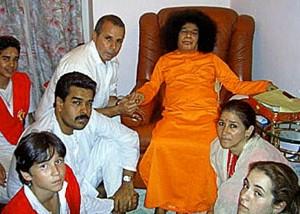 À esq., sentado, Nicolás Maduro (quando era vice do presidente Hugo Chávez) e sua mulher, Cilia Flores, (à direita) com o guru indiano Sathya Sai Baba