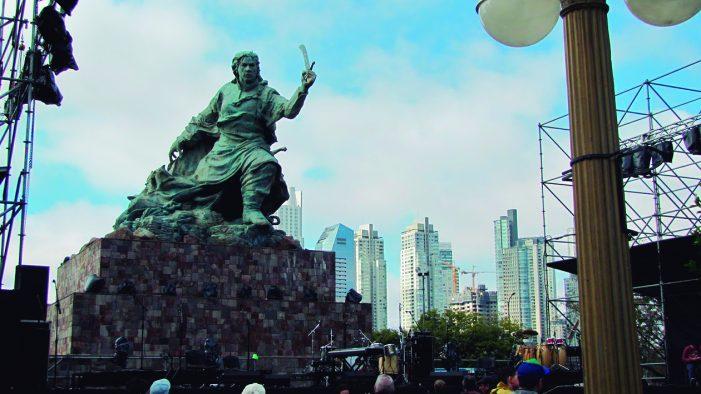 Monumento a Colombo ou a um índio diante da Casa Rosada?