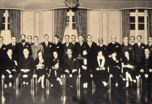 Bancada Paulista na Constituinte de 1924. Plinio Corrêa de Oliveira (de pé, o 7º da direita para a esquerda) o deputado mais votado, com apenas 24 anos de idade.
