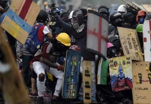 Nos escudos caseiros venezuelanos: a Cruz de São Jorge e Nossa Senhora de Coromoto