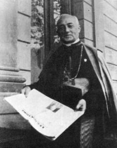 """D. Bento Aloisi Masella, tendo em mãos o """"Legionário"""", jornal dirigido por Plinio Corrêa de Oliveira"""