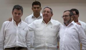 Juan Manuel Santos com o ditador cubano Raul Castro e o chefe da narco-guerrilha, Timochenko