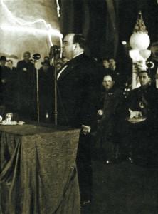 Plinio Corrêa de Oliveira discursa na sessão de encerramento do Congresso Eucarístico (aspectos parciais na foto acima e abaixo)