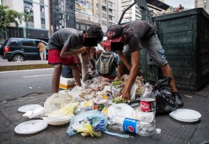 Com a implantação da ditadura bolivariana, muitos venezuelanos precisam disputar o conteúdo de lixo para sobreviverem