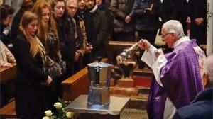 Renato Bialetti, falecido no início do ano passado, inventor de uma cafeteira de grande sucesso ¬– a Moka –, quis ser cremado e ter suas cinzas postas dentro de uma das unidades de sua invenção...