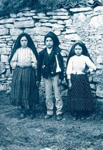 Os três pastorinhos, Francisco e Jacinta, hoje canonizados, e sua prima Lúcia, a quem Nossa Senhora revelou o segredo a respeito da Rússia e a expansão do comunismo