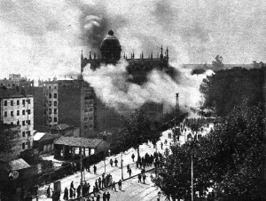Entre 10 e 13 de maio de 1931, mais de 100 igrejas e conventos foram queimados na Espanha, numa impressinante onda de protestos anticlericais que se estendeu até 1936. Na foto, o convento das Carmelitas, em Madri, envolto em chamas