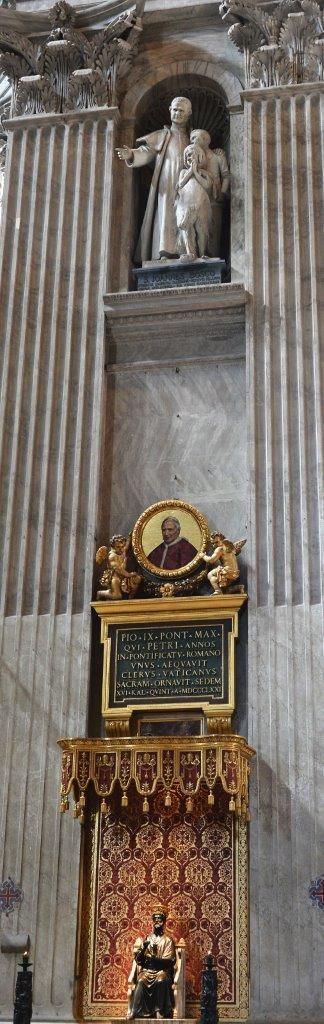 Num sonho, São João Bosco teve a revelação de que sua imagem estaria acima da estátua de bronze de São Pedro e do medalhão/mosaico do Papa Pio IX. Constrangido com tal glória, ele acordou e o sonho de desfez. Mas hoje, na nave central da Basílica de São Pedro em Roma, essa revelação encontra-se imortalizada em mármore, como se vê nesta foto. A Estátua mede 4.80 m e foi realizada pelo famoso escultor Pietro Canonica (1869 - 1959)