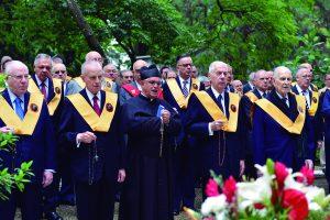 Recitação do terço do rosário, presidido pelo Padre David Francisquini, no Cemitério da Consolação