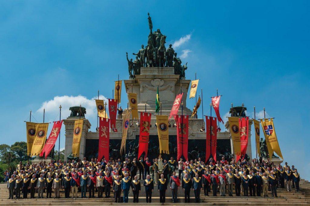 Cerimônia no Monumento do Ipiranga, pedindo a proteção de Nossa Senhora contra os males que os adversários querem impor ao Brasil por meio da deterioração da família