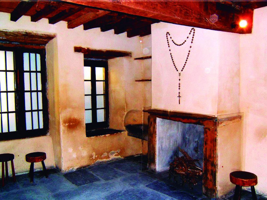 Lugar em que viveu teve que viver a família de Santa Bernadette, parte de uma delegacia abandonada, que ainda hoje se pode visitar