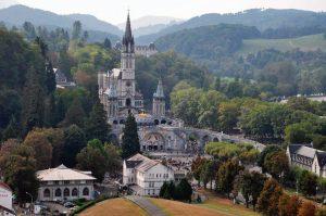Santuário de Nossa Senhora de Lourdes. Abaixo, a imagem da Imaculada Conceição na gruta.