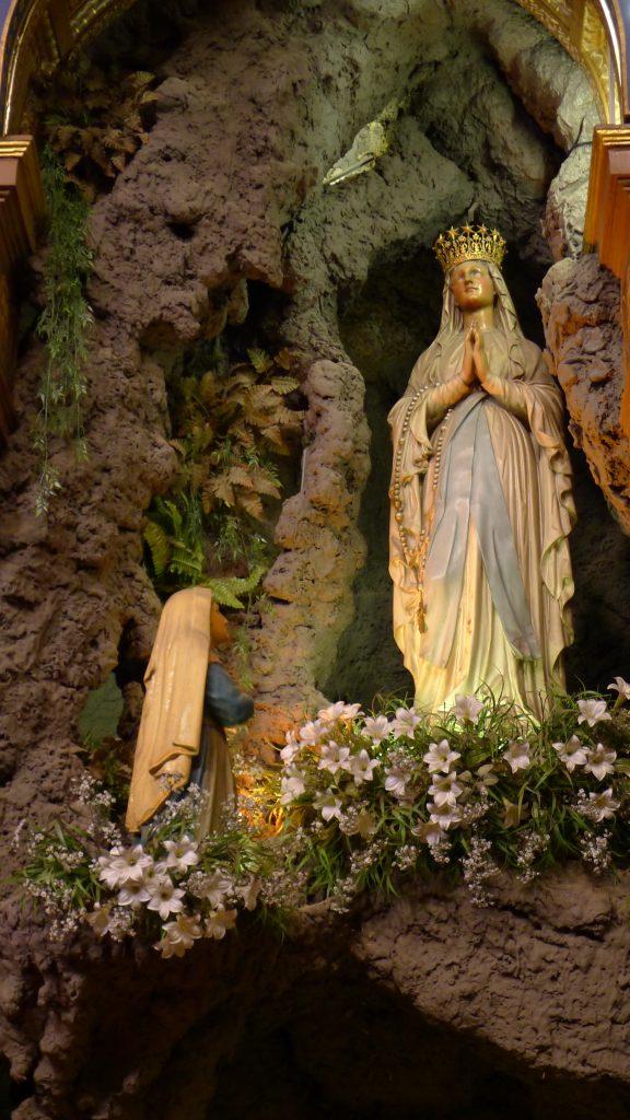 Imagem de Na. Sra. de Lourdes venerada na Igreja do Sagrado Coração Jesus [Foto PRC]