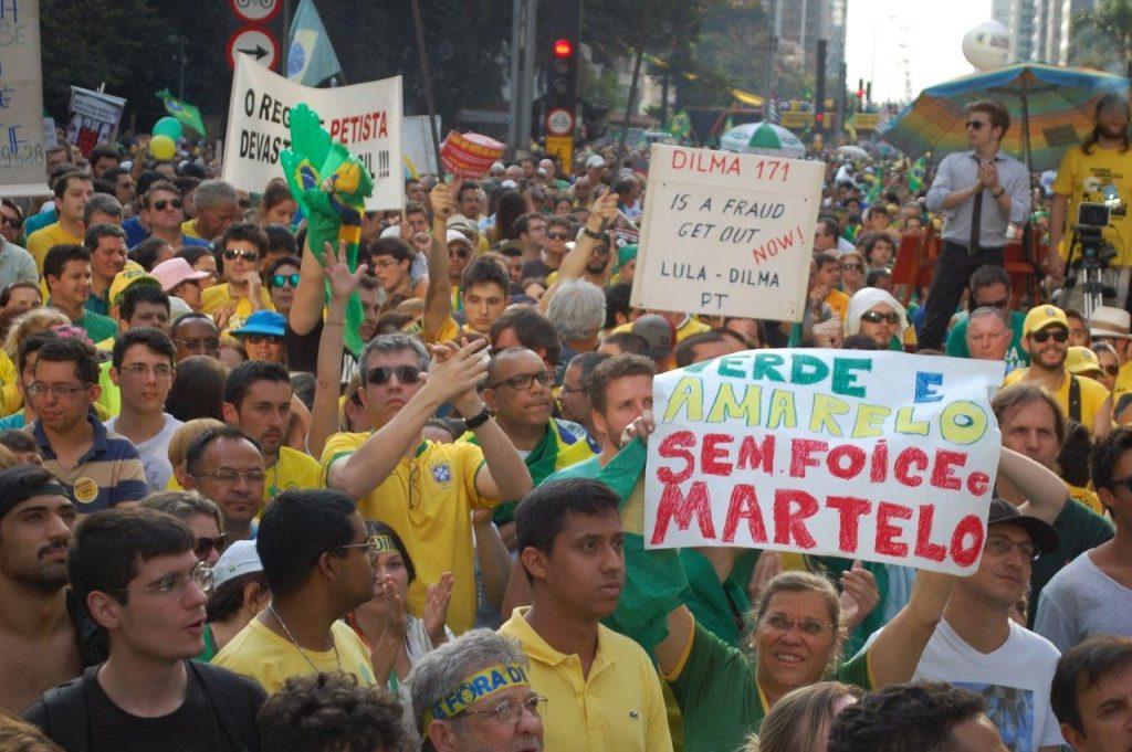 """""""Nossa bandeira é verde-amarelo sem foice e martelo""""."""