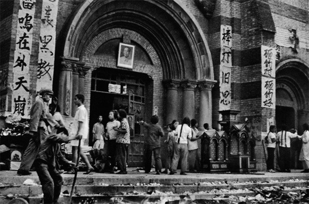 Igreja católica convertida em salão para promover a revolução cultural de Mao Tsé-Tung