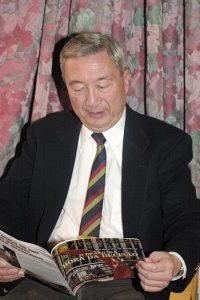Joseph Kung, durante a entrevista, folheando a revista Catolicismo