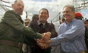 FHC com Fidel e Chavez — dois tiranos que afundaram seus países na extrema miséria e não apenas material, mas também cultural e espiritual