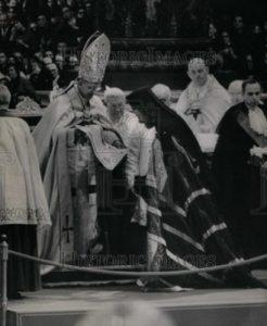 Na Basílica de S. Pedro, em 7-12-65, Paulo VI recebe um dos agentes da URSS