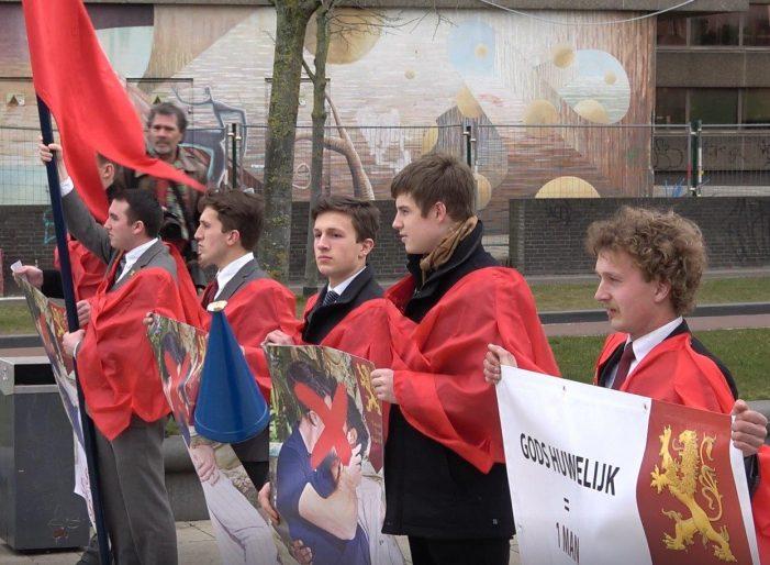 HOLANDA — integrantes do movimento LGBT agridem jovens católicos