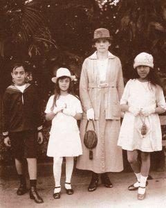 Plinio acompanhado de sua irmã e de sua prima, com a Fräulein Mathilde