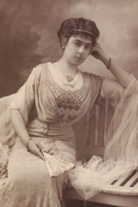 Em 1912, Da. Lucilia em Paris