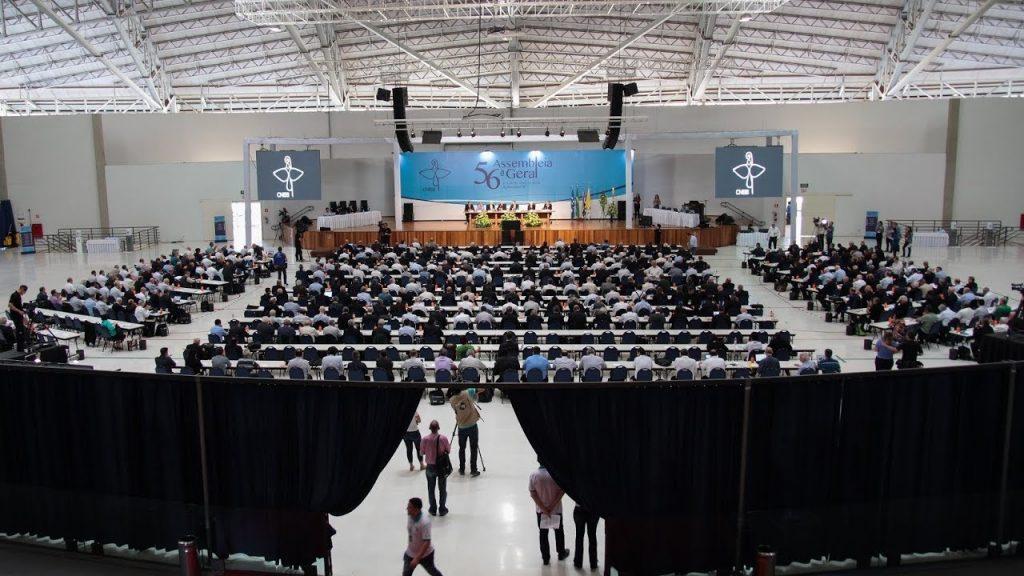 Embora não pareça ser um ambiente religioso, foi nesse lugar que se realizou a 56ª Assembleia Geral da Conferência Nacional dos Bispos do Brasil