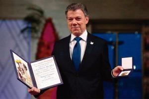 Fora da Colômbia, e não dentro dela, tudo prossegue prestigiado pela auréola brilhante produzida pelo Nobel da Paz...