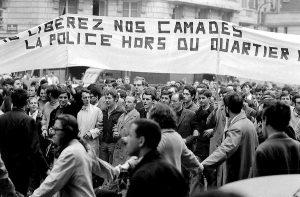 """Na parede da Sorbonne, pichado o lema contestatário: """"Défense d'interdire!"""" (É proibido proibir!)"""