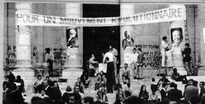 Fachada da capela da Sorbonne (pichada com os slogans descritos na foto do topo). Esta imagem registra as estampas de Marx, Lenin e Mao Tsé-Tung que os sorbonianos colaram nas colunas.