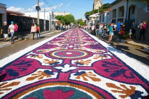 Tapetes de flores pelas ruas de São Manoel (SP) na festa de Corpus Christi