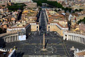 Bem no meio da Praça de São Pedro, chama a atenção um obelisco — agulha de pedra