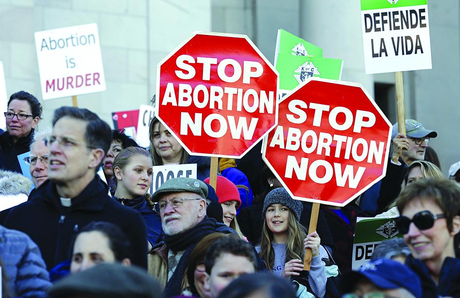 """Uma das gigantescas manifestações contra o aborto nos Estados Unidos. Entretanto, esses manifestantes são criticados pelo Papa, pois, segundo ele, """"Não podemos insistir somente sobre questões ligadas ao aborto, casamento homossexual e uso dos métodos contraceptivos"""""""