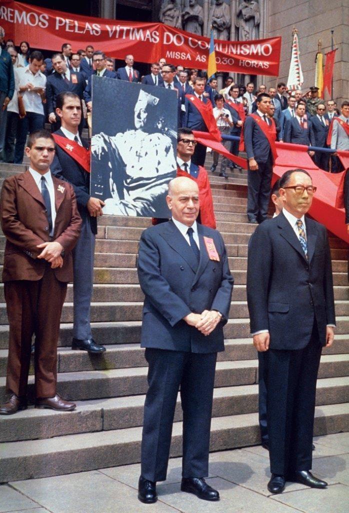 Já na década de 1970, o Papado sofria o processo que o próprio Paulo VI [foto abaixo] denominou como autodemolição. Plinio Corrêa de Oliveira [foto acima] após uma missa pelas vítimas do comunismo celebrada na catedral de São Paulo, nos anos 70.