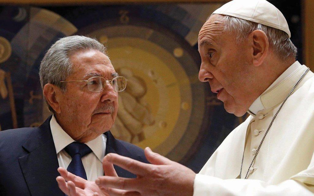 """Raul Castro declarou: """"Leio todos os discursos do Papa. Se continuar assim, eu voltarei para a Igreja Católica, mesmo sendo membro do Partido Comunista""""."""