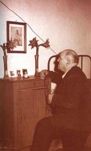 Alessandro Serenelli, assassino da santa, após longo período preso, reza no quarto que pertenceu a ela