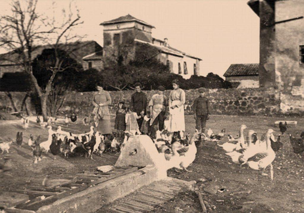 Unica foto conhecida da menina Maria Goretti, tirada em 1902 [detalhe abaixo]