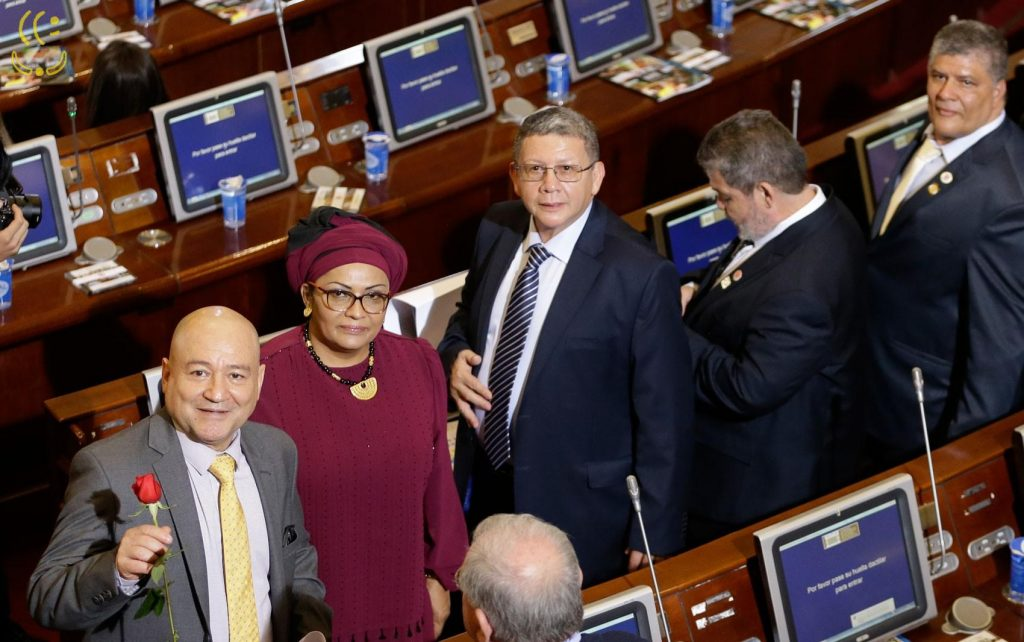 """Devido à """"cota guerrilha"""" terroristas das FARC tomam posse no Congresso colombiano. Para enganar, em vez do fuzil, segura uma rosa... Quem acredita?"""