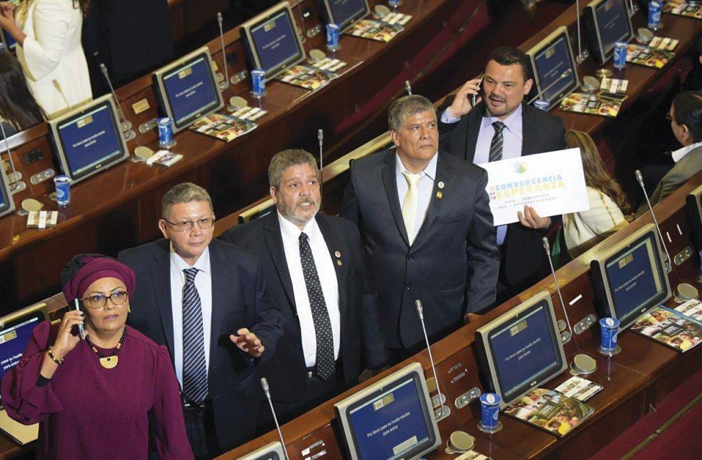 Os líderes guerrilheiros representantes das FARC no Congresso colombiano