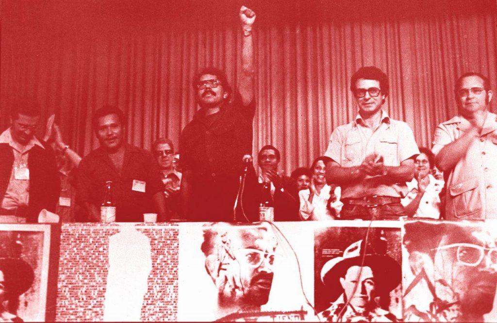 De punho cerrado (saudação comunista), Daniel Ortega, sob os aplausos de Frei Uriel Molina (primeiro à esq.), Frei Betto (do lado esq. de Ortega) e o Padre Miguel D'Escoto (à dir.)
