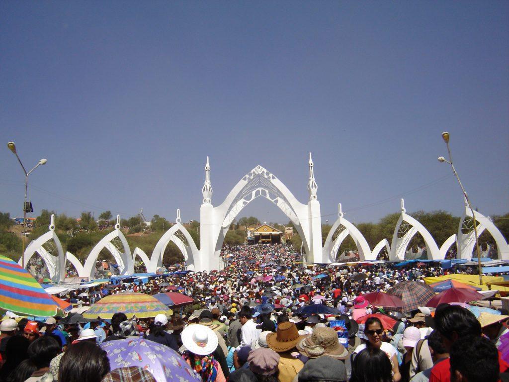Grandes e numerosas peregrinações de devotos ao Calvário da Virgem de Urkupiña, em Cerro Quta, lugar de sua aparição.